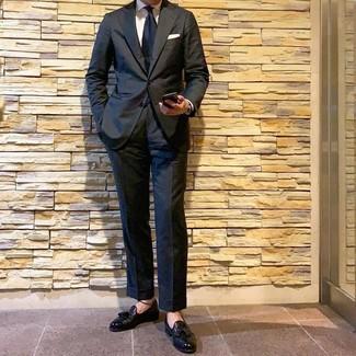 Comment porter: costume noir, chemise de ville blanche, mocassins à pampilles en cuir noirs, cravate bleu marine