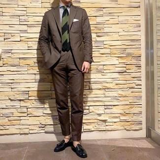 Comment porter: costume marron foncé, chemise de ville à rayures verticales blanc et bleu marine, mocassins à pampilles en cuir noirs, cravate à rayures horizontales vert foncé