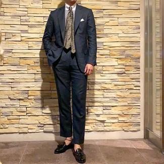 Comment porter: costume noir, chemise de ville à rayures verticales blanche, mocassins à pampilles en cuir noirs, cravate à fleurs olive