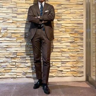 Comment porter: costume marron, chemise de ville blanche, mocassins à pampilles en cuir noirs, cravate imprimée bleu canard