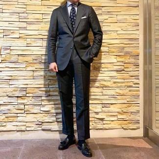 Comment porter: costume gris foncé, chemise de ville à rayures verticales blanche, mocassins à pampilles en cuir noirs, cravate imprimée bleu marine