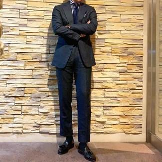 Comment porter: costume noir, chemise de ville à rayures verticales blanc et bleu marine, mocassins à pampilles en cuir noirs, cravate bleu marine