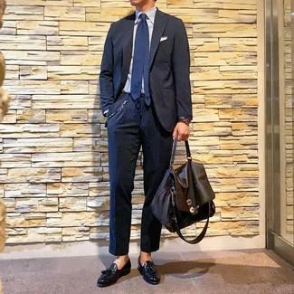 Comment porter une serviette en cuir marron foncé: Associe un costume bleu marine avec une serviette en cuir marron foncé pour un look de tous les jours facile à porter. Rehausse cet ensemble avec une paire de des mocassins à pampilles en cuir noirs.