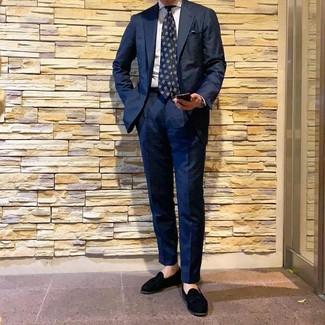 Comment porter: costume bleu marine, chemise de ville à rayures verticales blanche, mocassins à pampilles en daim noirs, cravate imprimée bleu marine