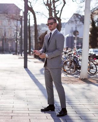 Comment porter un costume gris: Choisis un costume gris et une chemise de ville blanche pour un look pointu et élégant. Tu veux y aller doucement avec les chaussures? Choisis une paire de des mocassins à pampilles en cuir noirs pour la journée.