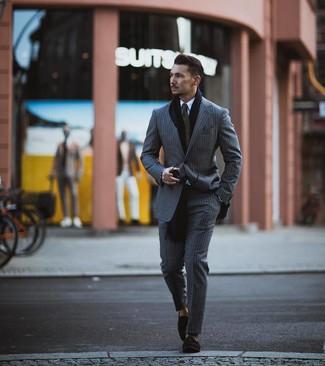 Comment porter: costume à rayures verticales gris, chemise de ville blanche, mocassins à pampilles en daim noirs, cravate olive