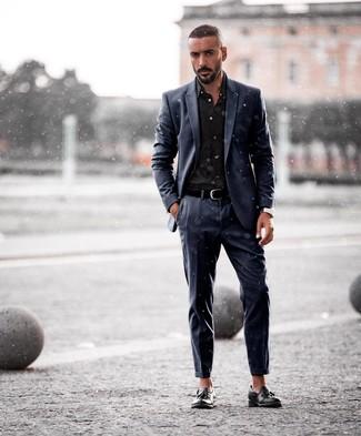 Comment porter: costume bleu marine, chemise de ville noire, mocassins à pampilles en cuir noirs, ceinture en cuir noire