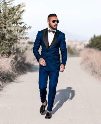 Comment porter: costume bleu marine, chemise de ville blanche, mocassins à pampilles en cuir noirs, nœud papillon noir