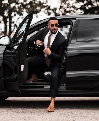 Comment porter: costume noir, chemise de ville blanche, mocassins à pampilles en daim marron clair, cravate marron