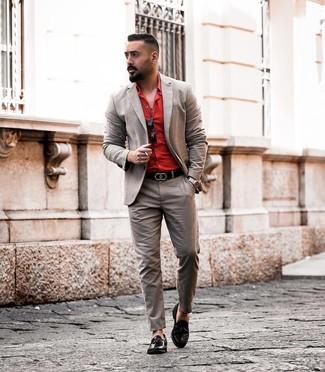Comment porter un costume marron: Pense à marier un costume marron avec une chemise de ville rouge pour dégager classe et sophistication. Si tu veux éviter un look trop formel, fais d'une paire de des mocassins à pampilles en cuir noirs ton choix de souliers.