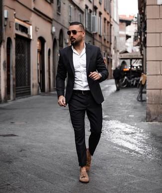 Comment porter: costume noir, chemise de ville blanche, mocassins à pampilles en daim marron, ceinture en cuir noire