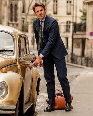 Comment porter une cravate imprimée vert foncé: Pense à opter pour un costume à rayures verticales bleu marine et une cravate imprimée vert foncé pour dégager classe et sophistication. Décoince cette tenue avec une paire de des mocassins à pampilles en cuir marron foncé.