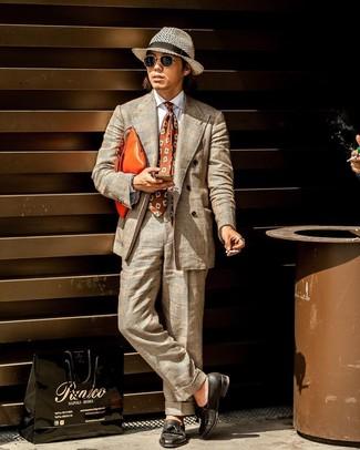 Comment porter: costume écossais beige, chemise de ville blanche, mocassins à pampilles en cuir noirs, pochette en cuir orange