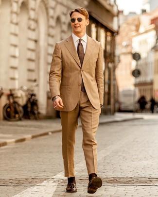 Comment porter: costume marron clair, chemise de ville blanche, mocassins à pampilles en cuir marron foncé, cravate á pois marron