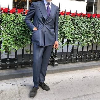 Comment porter: costume bleu marine, chemise de ville blanche, mocassins à pampilles en daim noirs, cravate à rayures horizontales violette