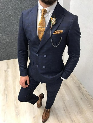 Comment porter: costume à carreaux bleu marine, chemise de ville blanche, mocassins à pampilles en cuir marron, cravate à fleurs moutarde