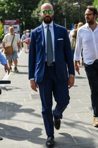 Comment s'habiller pour un style elégantes: Pense à associer un costume bleu marine avec une chemise de ville blanche pour dégager classe et sophistication. Si tu veux éviter un look trop formel, termine ce look avec une paire de des mocassins à pampilles en cuir noirs.