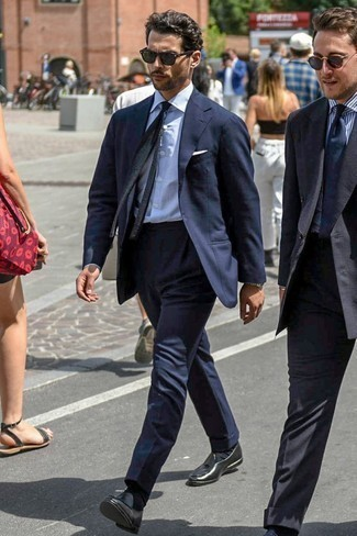 Comment s'habiller pour un style elégantes: Associe un costume bleu marine avec une chemise de ville à rayures verticales blanche pour une silhouette classique et raffinée. Une paire de des mocassins à pampilles en cuir noirs est une option avisé pour complèter cette tenue.