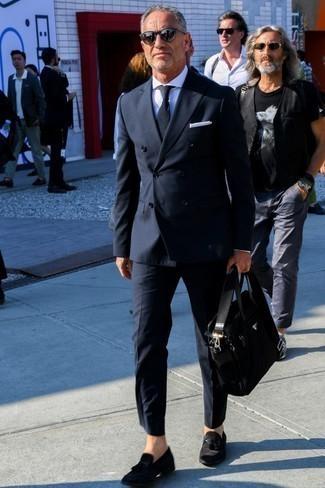Comment porter une pochette de costume en soie blanche: Opte pour un costume noir avec une pochette de costume en soie blanche pour une tenue idéale le week-end. Une paire de des mocassins à pampilles en daim noirs apportera une esthétique classique à l'ensemble.