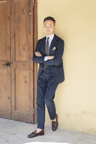 Comment porter une cravate imprimée vert foncé: Harmonise un costume bleu marine avec une cravate imprimée vert foncé pour une silhouette classique et raffinée. Si tu veux éviter un look trop formel, opte pour une paire de des mocassins à pampilles en cuir marron foncé.