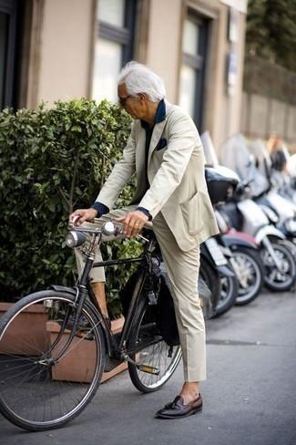 Comment porter des lunettes de soleil noires après 60 ans: Harmonise un costume beige avec des lunettes de soleil noires pour obtenir un look relax mais stylé. Jouez la carte classique pour les chaussures et choisis une paire de des mocassins à pampilles en cuir marron foncé.