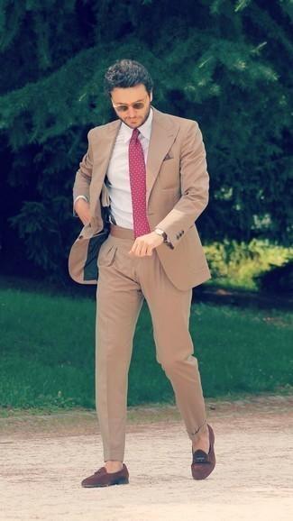 Comment porter une pochette de costume violette: Choisis un costume marron clair et une pochette de costume violette pour affronter sans effort les défis que la journée te réserve. Transforme-toi en bête de mode et fais d'une paire de des mocassins à pampilles en daim marron ton choix de souliers.