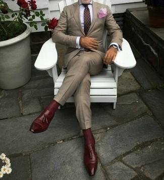 Comment porter des chaussettes bordeaux: Harmonise un costume marron clair avec des chaussettes bordeaux pour un look de tous les jours facile à porter. Jouez la carte classique pour les chaussures et choisis une paire de des mocassins à pampilles en cuir bordeaux.