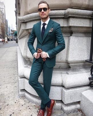 Comment porter des gants en cuir marron: Pense à opter pour un costume bleu canard et des gants en cuir marron pour obtenir un look relax mais stylé. Ajoute une paire de des mocassins à pampilles en cuir bordeaux à ton look pour une amélioration instantanée de ton style.