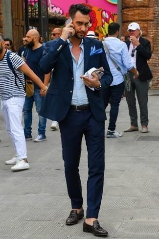 Comment porter une pochette de costume bleue: Pour une tenue de tous les jours pleine de caractère et de personnalité pense à opter pour un costume bleu marine et une pochette de costume bleue. Jouez la carte classique pour les chaussures et complète cet ensemble avec une paire de des mocassins à pampilles en cuir marron foncé.