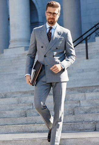 Comment porter une cravate á pois marron: Essaie d'associer un costume à carreaux gris avec une cravate á pois marron pour un look pointu et élégant. Une paire de des mocassins à pampilles en cuir marron foncé apporte une touche de décontraction à l'ensemble.