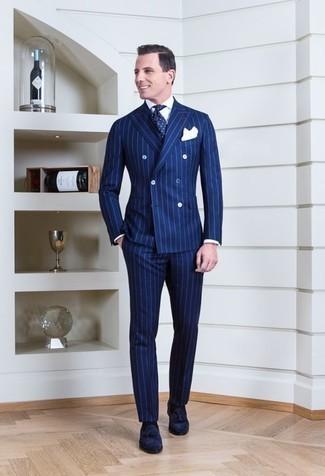 Comment porter un costume à rayures verticales bleu: Pense à associer un costume à rayures verticales bleu avec une chemise de ville blanche pour un look pointu et élégant. Assortis ce look avec une paire de des mocassins à pampilles en daim bleu marine.