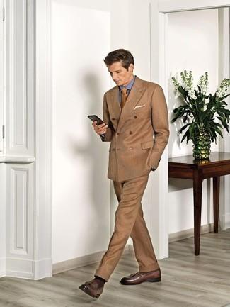Comment porter des chaussettes marron foncé: Marie un costume marron clair avec des chaussettes marron foncé pour un déjeuner le dimanche entre amis. Choisis une paire de des mocassins à pampilles en cuir marron pour afficher ton expertise vestimentaire.