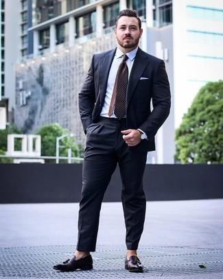 Comment porter une cravate á pois marron: Associe un costume bleu marine avec une cravate á pois marron pour un look pointu et élégant. Jouez la carte décontractée pour les chaussures et complète cet ensemble avec une paire de des mocassins à pampilles en cuir marron foncé.