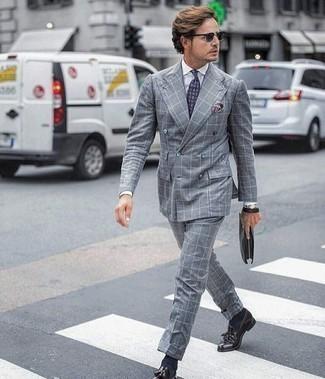 Comment porter un costume à carreaux gris: Associe un costume à carreaux gris avec une chemise de ville blanche pour un look classique et élégant. Assortis ce look avec une paire de des mocassins à pampilles en cuir pourpre foncé.