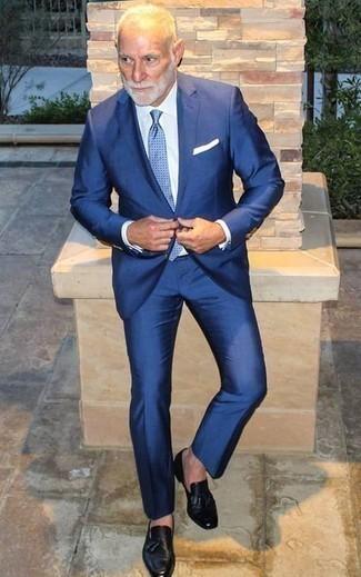 Comment porter une cravate: Porte un costume bleu et une cravate pour un look pointu et élégant. Jouez la carte décontractée pour les chaussures et assortis cette tenue avec une paire de des mocassins à pampilles en cuir noirs.