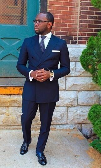 Comment porter une montre en cuir bleu marine: Pense à opter pour un costume bleu marine et une montre en cuir bleu marine pour affronter sans effort les défis que la journée te réserve. D'une humeur audacieuse? Complète ta tenue avec une paire de des mocassins à pampilles en cuir noirs.