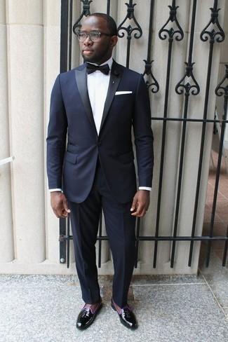 Tendances mode hommes: Fais l'expérience d'un style élégant et raffiné avec un costume bleu marine et une chemise de ville blanche. Tu veux y aller doucement avec les chaussures? Complète cet ensemble avec une paire de des mocassins à pampilles en cuir noirs pour la journée.