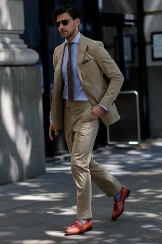 Comment porter une cravate marron: L'association d'un costume marron clair et d'une cravate marron peut te démarquer de la foule. Si tu veux éviter un look trop formel, termine ce look avec une paire de des mocassins à pampilles en cuir tabac.