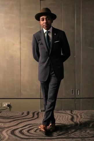 """Comment porter une cravate bleu marine: L'association d'un costume marron foncé et d'une cravate bleu marine te démarquera de la masse sans trop être """"too much"""". Si tu veux éviter un look trop formel, choisis une paire de des mocassins à pampilles en cuir marron clair."""