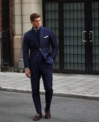 Comment porter une cravate: Associe un costume à rayures verticales bleu marine avec une cravate pour un look pointu et élégant. Jouez la carte décontractée pour les chaussures et assortis cette tenue avec une paire de des mocassins à pampilles en cuir marron foncé.
