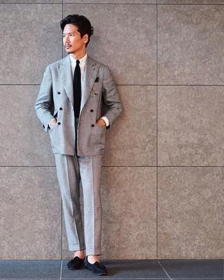 Comment porter une cravate noire: Pense à porter un costume à carreaux gris et une cravate noire pour une silhouette classique et raffinée. Tu veux y aller doucement avec les chaussures? Termine ce look avec une paire de des mocassins à pampilles en daim noirs pour la journée.
