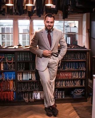 Comment porter des chaussettes tabac: Pense à opter pour un costume marron clair et des chaussettes tabac pour obtenir un look relax mais stylé. Jouez la carte classique pour les chaussures et fais d'une paire de des mocassins à pampilles en daim marron foncé ton choix de souliers.