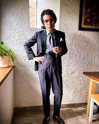 Comment porter une cravate imprimée violette: Associe un costume à rayures verticales bleu marine avec une cravate imprimée violette pour dégager classe et sophistication. Pour les chaussures, fais un choix décontracté avec une paire de mocassins à pampilles en cuir marron foncé.