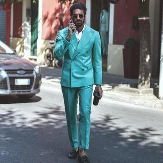 Comment porter des chaussures habillées: Marie un costume vert menthe avec une chemise de ville blanche pour une silhouette classique et raffinée. Complète ce look avec une paire de chaussures habillées.