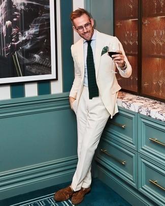 Comment porter une chemise de ville bleu clair: Marie une chemise de ville bleu clair avec un costume beige pour dégager classe et sophistication. Tu veux y aller doucement avec les chaussures? Termine ce look avec une paire de mocassins à pampilles en daim marron pour la journée.