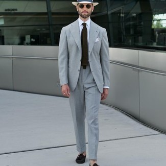 Comment porter un costume: Associe un costume avec une chemise de ville blanche pour un look pointu et élégant. Tu veux y aller doucement avec les chaussures? Termine ce look avec une paire de mocassins à pampilles en daim marron foncé pour la journée.
