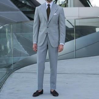 Comment porter un costume: Pense à associer un costume avec une chemise de ville blanche pour une silhouette classique et raffinée. Si tu veux éviter un look trop formel, choisis une paire de mocassins à pampilles en daim marron foncé.