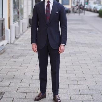 Comment porter un costume: Associe un costume avec une chemise de ville blanche pour dégager classe et sophistication. Mélange les styles en portant une paire de mocassins à pampilles en cuir marron foncé.