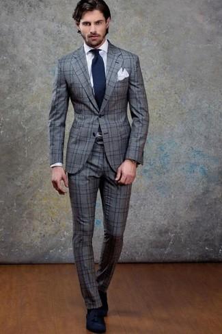 Comment porter: costume en laine à carreaux gris, chemise de ville blanche, mocassins à pampilles en daim bleu marine, cravate bleu marine