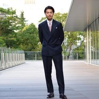 Comment porter une cravate rose: Pense à opter pour un costume à rayures verticales bleu marine et une cravate rose pour dégager classe et sophistication. Jouez la carte décontractée pour les chaussures et termine ce look avec une paire de mocassins à pampilles en cuir noirs.